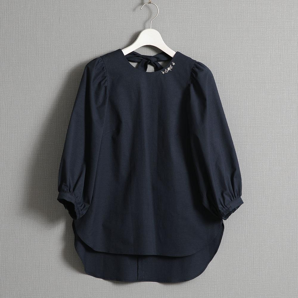 『Technical cotton linen』back ribbon blouse NAVY画像