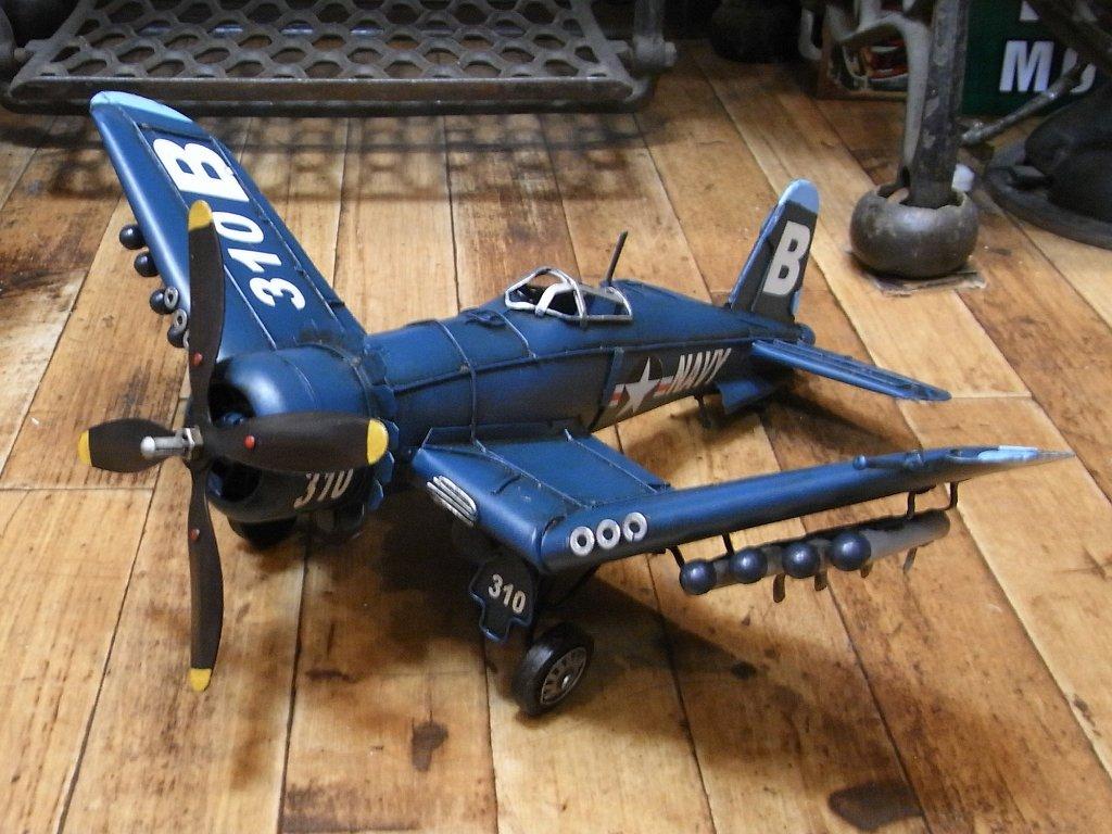ブリキ製戦闘機 【コルセア】 ブリキのおもちゃ ブリキ製飛行機 アメリカン雑貨の画像