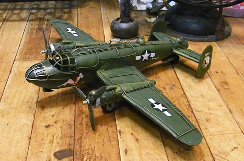 ブリキ製戦闘機 ブリキのおもちゃ ブリキ製飛行機 アメリカン雑貨の画像