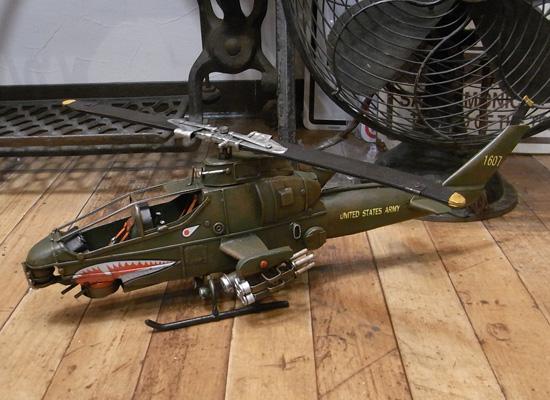 攻撃用ヘリコプター ブリキのおもちゃ ブリキ製飛行機 アメリカン雑貨の画像