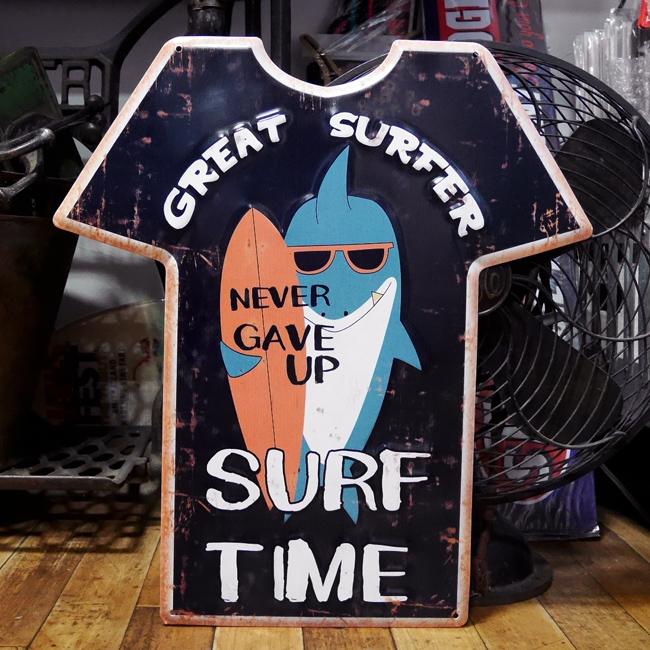 エンボス プレート Great Surfer Tシャツ型ブリキ看板 ハワイアン サーフィング アメリカン雑貨画像