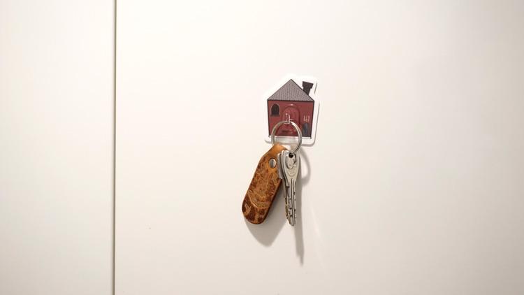 玄関先にいつでも簡単に取れるように鍵を掛けて置ける