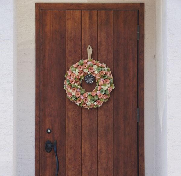 玄関ドアにフラワーリースを飾ったイメージ