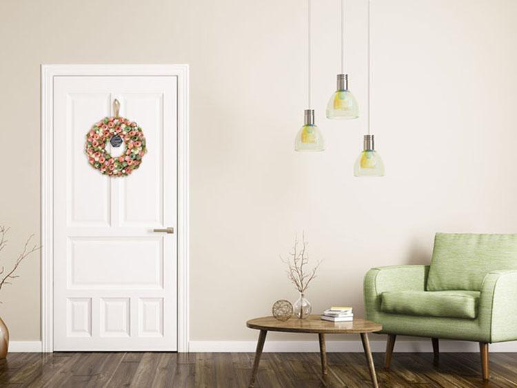 室内ドアにフラワーリースを飾ったイメージ