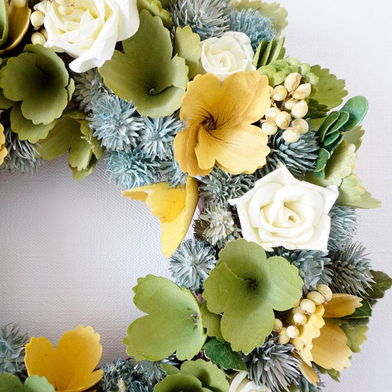 イエローとグリーンの花は天然木を削って作られています。