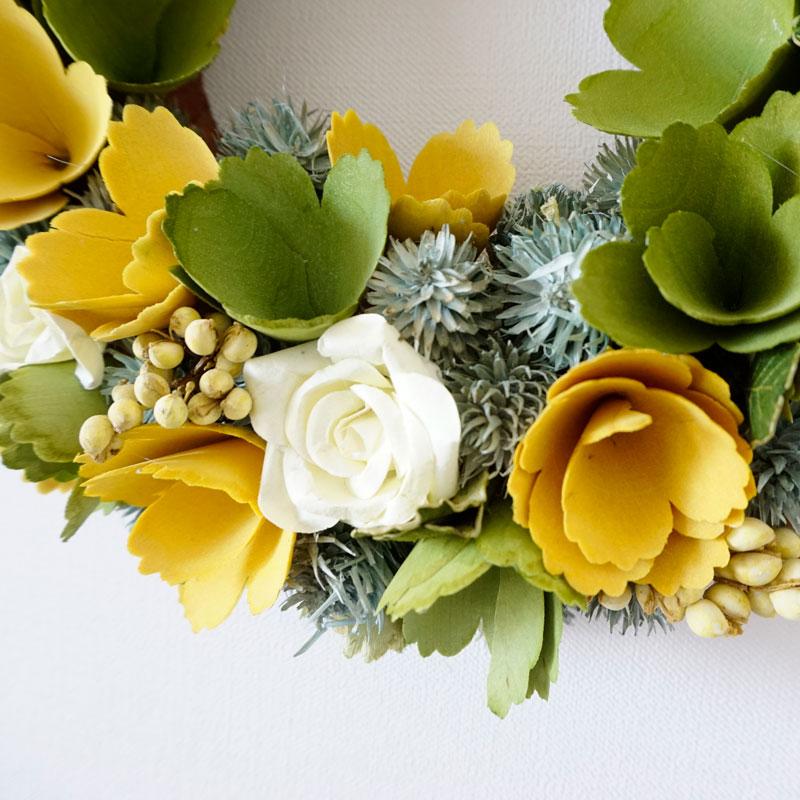 イエローとグリーンと白いバラが入ったリース