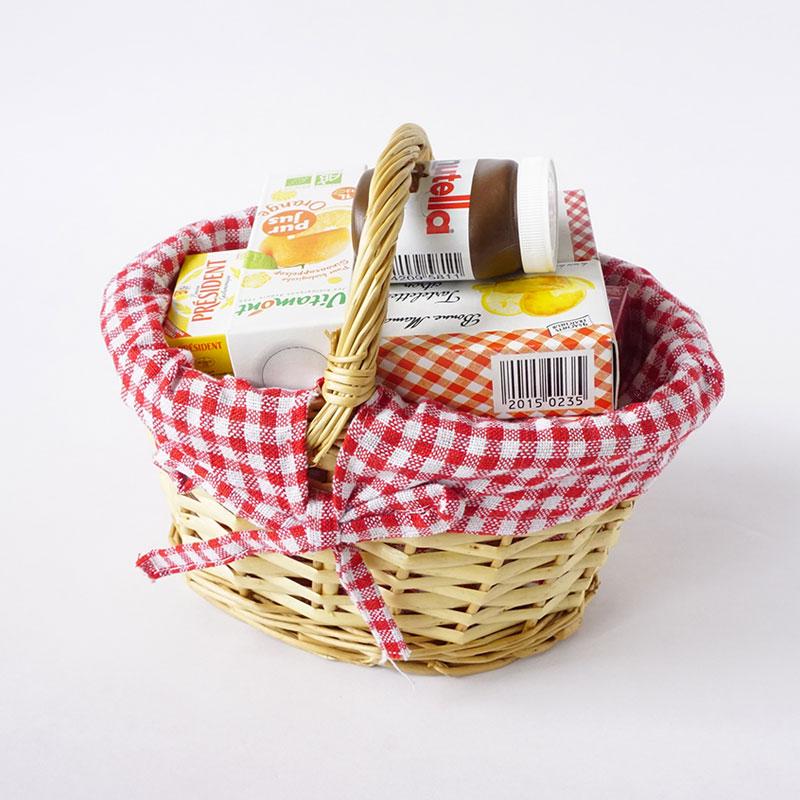 小さな可愛いカゴにおままごと用のミニチュア食品パッケージがたくさん入っています。