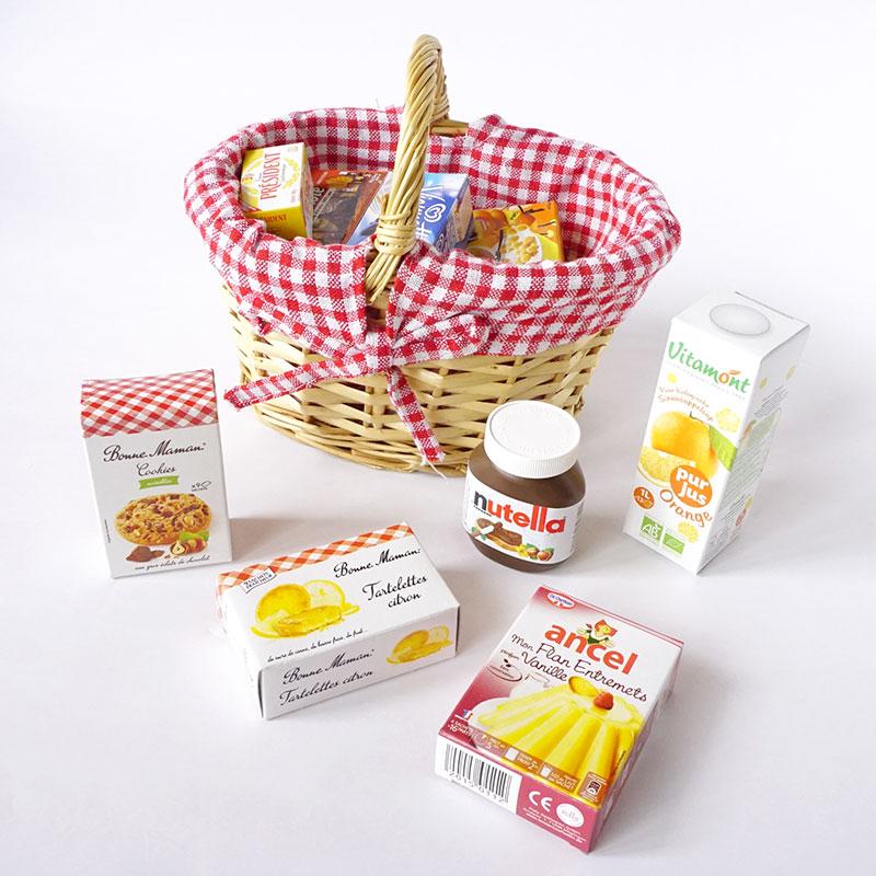 ミニチュア食品パッケージがたくさん入った小さなお買い物かごのおままごとセット画像