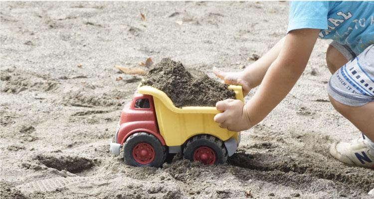 ダンプトラックで砂遊び