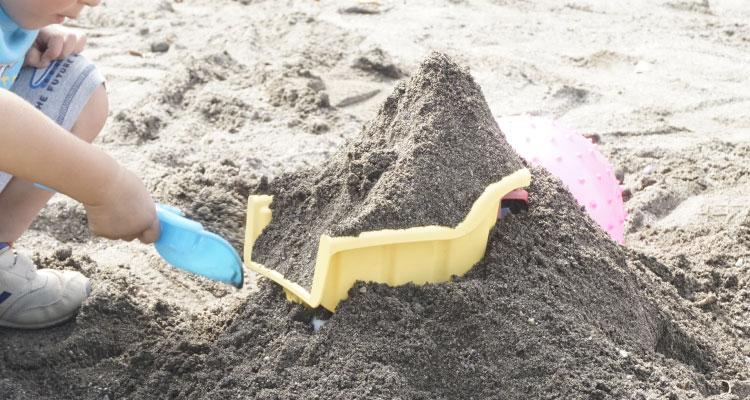 ダンプトラックと砂