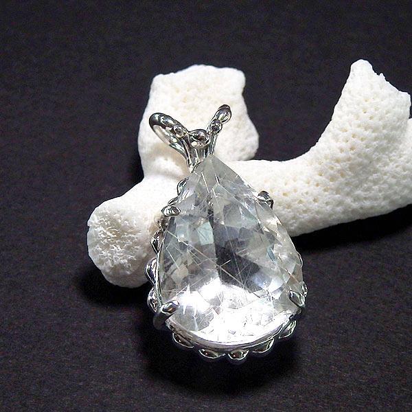 シルバールチルクォーツの粒飾りペンダントの画像