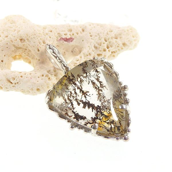 デンドリチッククォーツの粒飾りペンダントの画像
