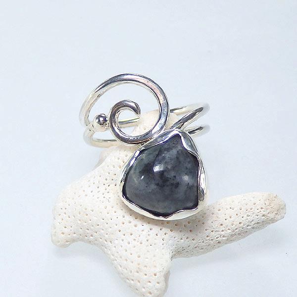 糸魚川産 黒翡翠の唐草リング 10号の画像