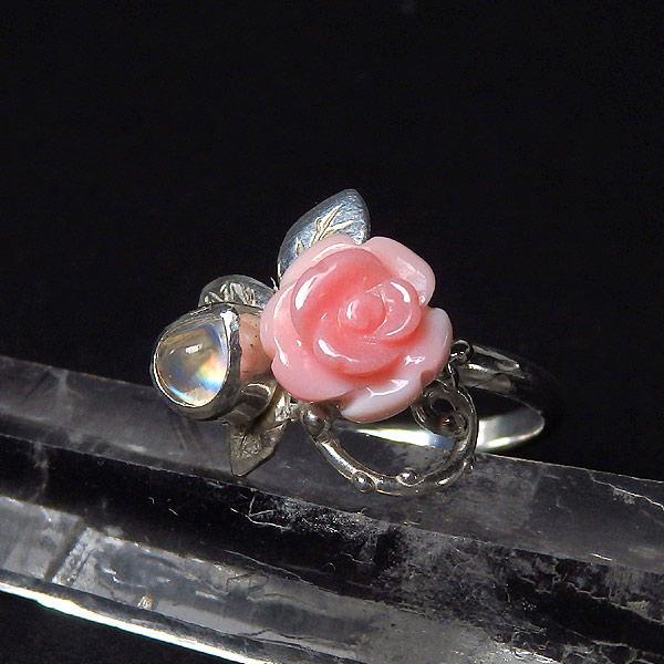 コンクシェルの薔薇とレインボームーンストーンのリング 11.5号の画像