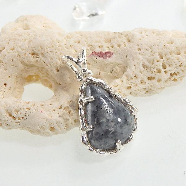 糸魚川産 黒翡翠のペンダント画像