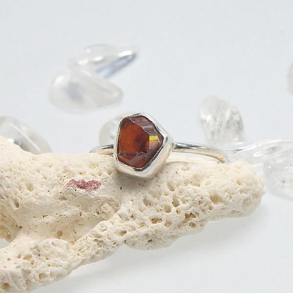 レインボーガーネット原石のリング 11号の画像