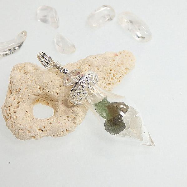 モルダバイト原石とフェナカイト原石のボトルペンダント(ハーキマー付き)再販の画像