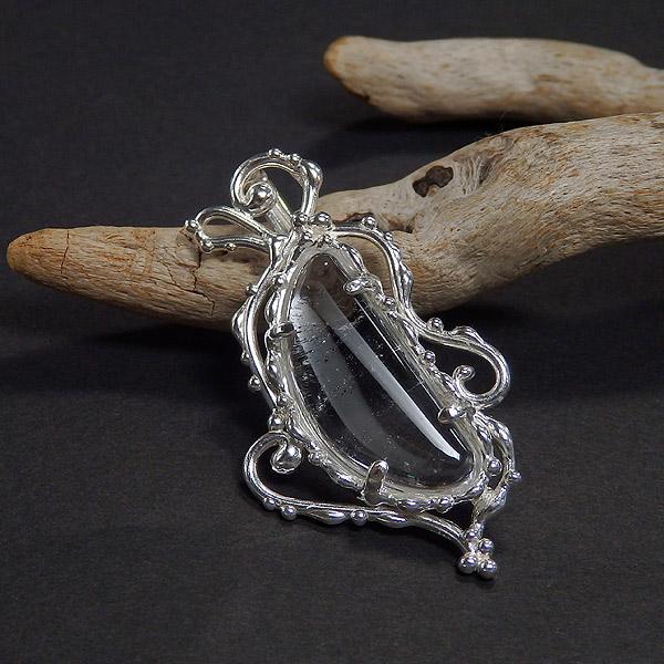 マニカラン産 ヒマラヤ水晶の唐草ペンダントの画像