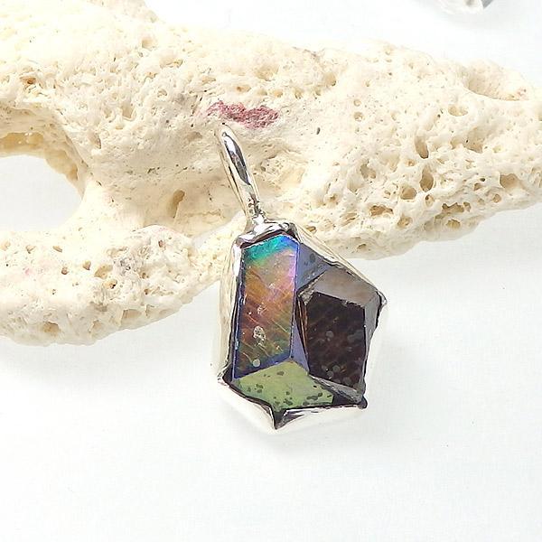 レインボーガーネット原石のペンダントの画像