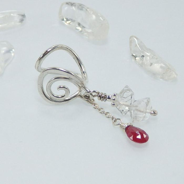 ハーキマーダイヤモンドとロンギド産ルビーの唐草イヤーカフの画像