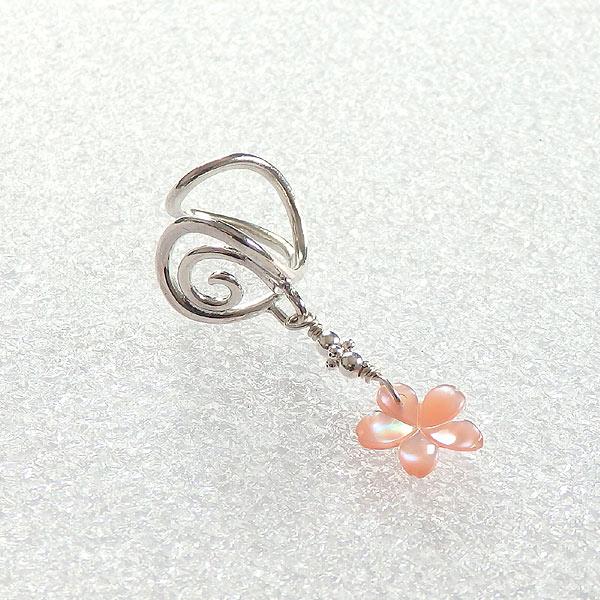 桜色のシェル唐草イヤーカフ(左耳用)の画像