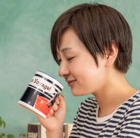 うちの子オリジナルペアバイカラーマグカップのご購入にオススメのシーン2。休憩中に癒してくれる自分へのご褒美に