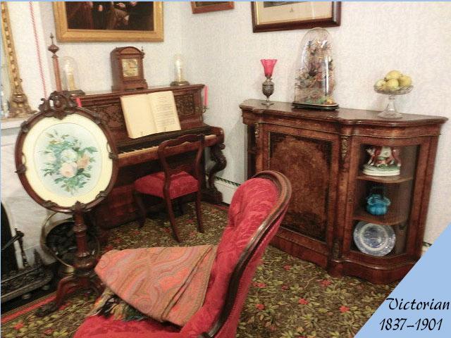 ビクトリアン様式のアンティーク家具の部屋