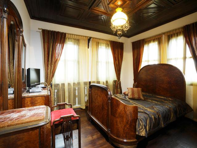 ウォルナット材のアンティーク家具の部屋