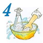 水を変えながら麺を手でもみ洗いするイラスト