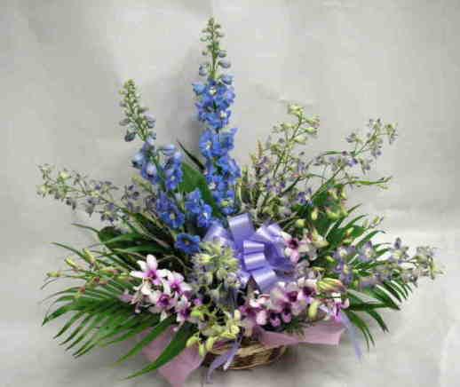 【ブルーセデーション】 バラとトルコキキョウのアレンジメントの画像