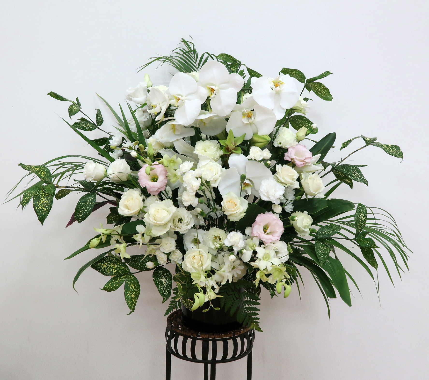 【フューネラル・パライソ】 蘭とバラとユリのアレンジメント画像